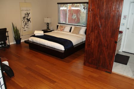Master bedroom, king bed &private bath @ Feel@home