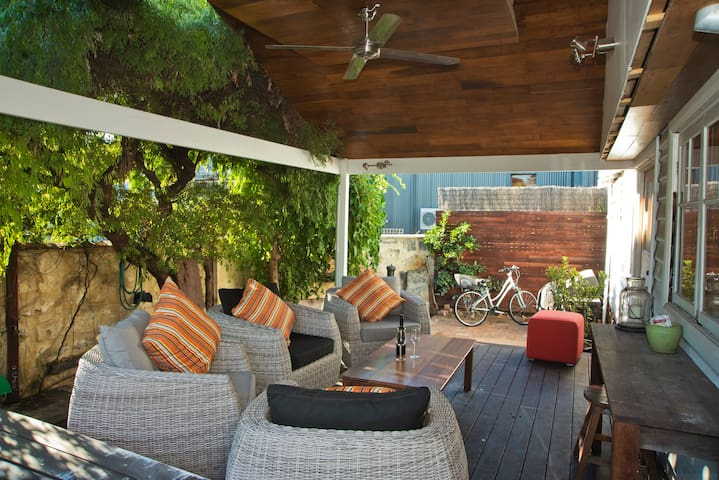 Cosy Freo Cottage - Beaconsfield - Rumah