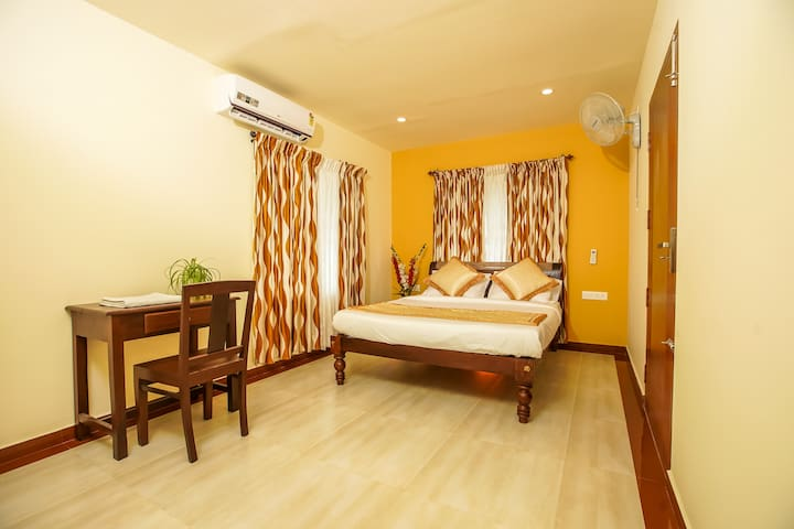 Edappally Home:AC Double Room With FREE Breakfast.