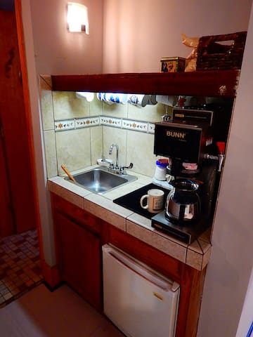 Wet bar has plumbed coffee pot. Be sure it's plugged in to make hot water!