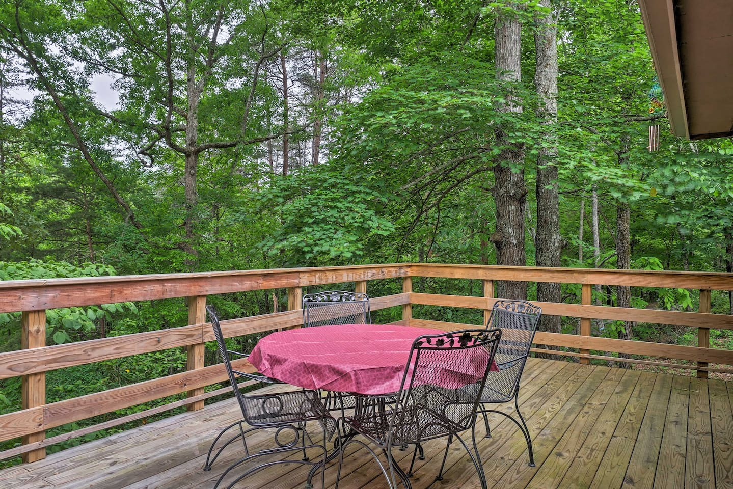 Plan a relaxing family vacation to this Hiawassee vacation rental cottage!