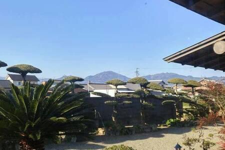 伊勢まつさか農園ハウスは、回りを畑で囲まれた民家スタイルの民泊です。 - Matsusaka-shi - Hus