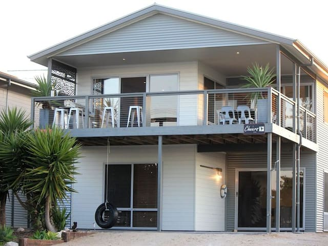 'Cheers Beach House' Point Turton *****