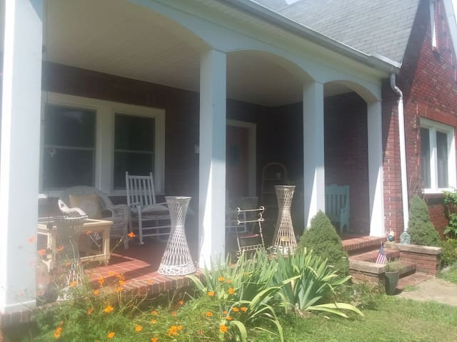 Cardinal Cottage Downtown Close to Asheville Pets❤