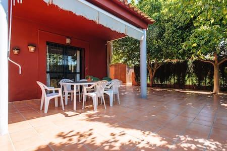 Casa ajardinada y piscina con acceso independiente