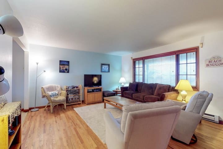 Charming dog-friendly Condo w/ ocean view - close to the beach & Nye shops