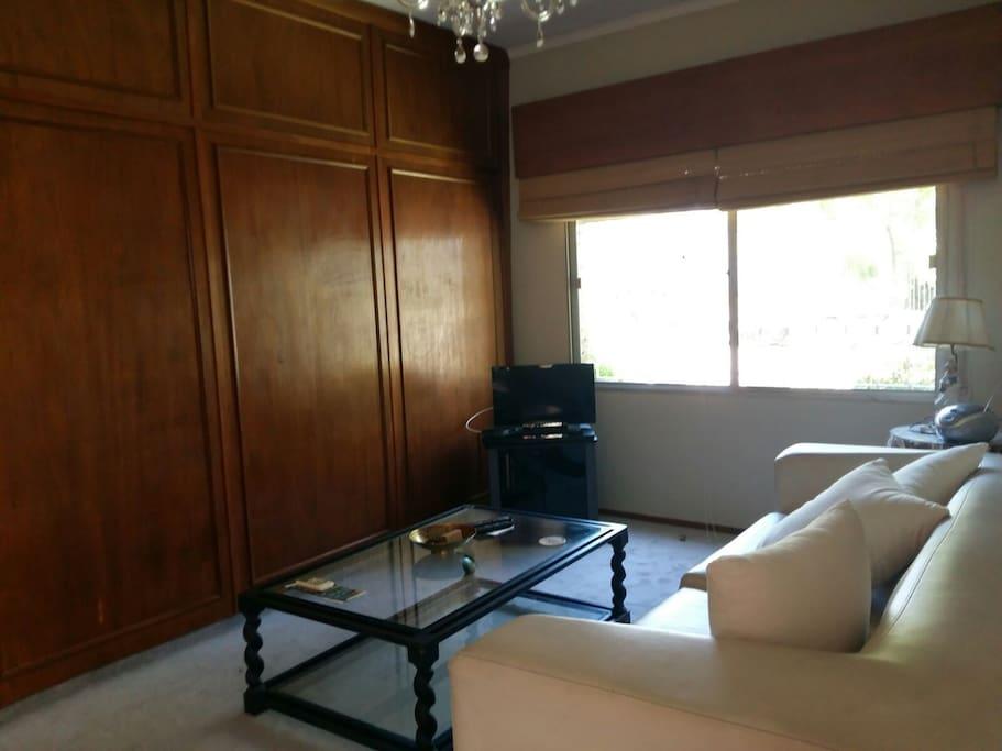 Living con TV y aire acondicionado.