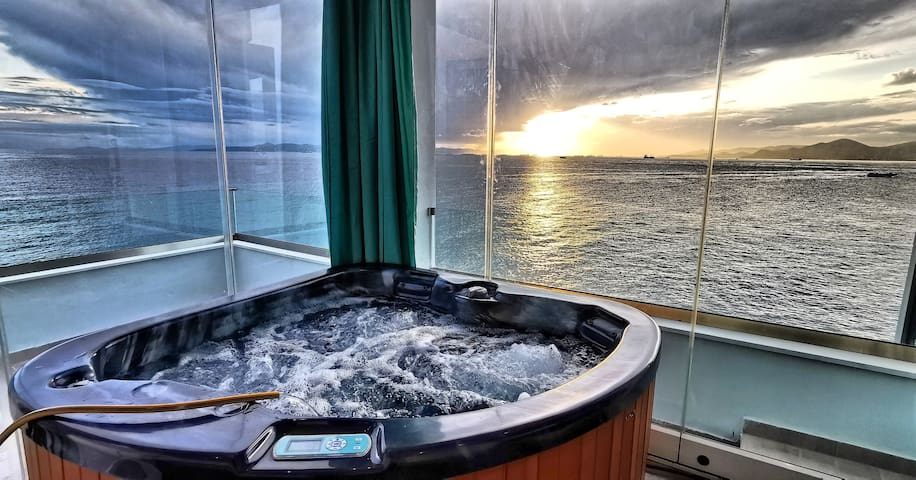 Sky&Sea.Luxury Loft Suite.Sunset,Jacuzzi&Fireplace