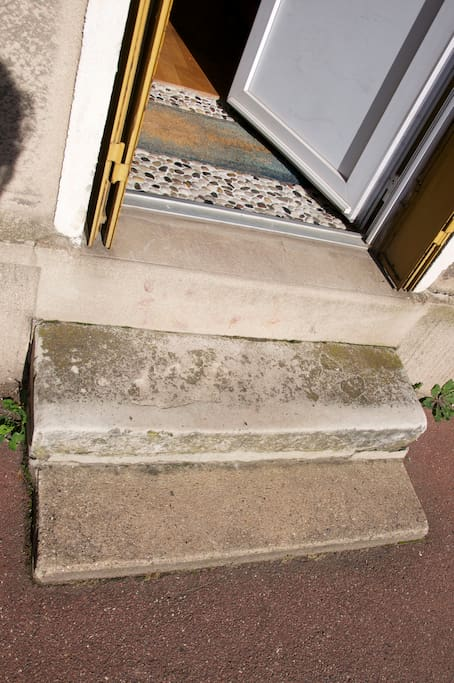two steps lead into the appartment from the street. Deux marches donnent dans l'appartement depuis la rue