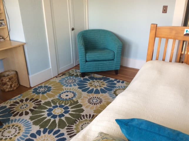 Sunny, private, clean room, 2nd flr - Berkeley - House