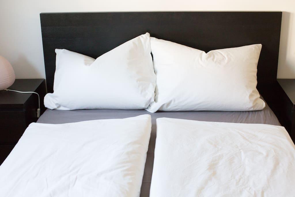 Das Schlafzimmer mit Doppelbett (140 x 200 cm)