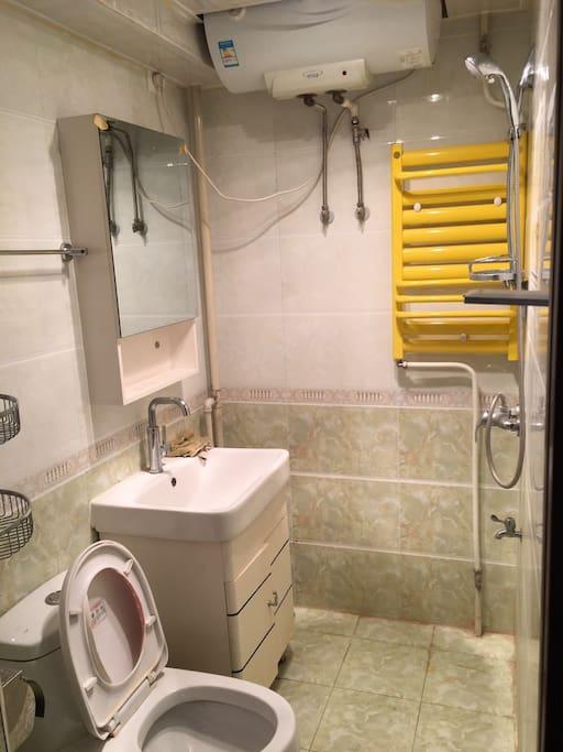 有一个卫生间,卫生间装潢很好,很干净,有24小时热水。