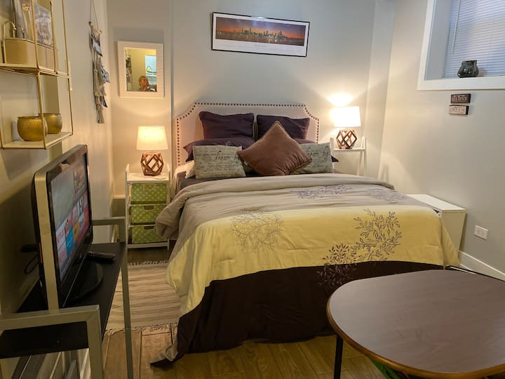 Little cute studio Queen Bed & Parking in Boystown