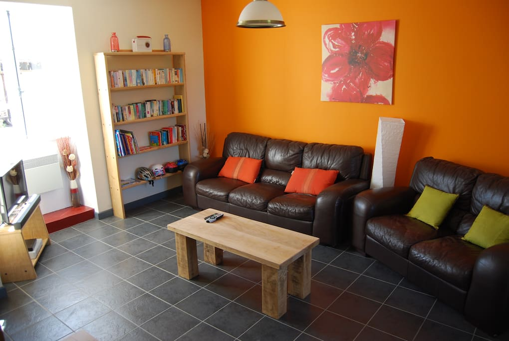 Spacious living room with freeview TV, DVD, free wifi, Internet radio and bluetooth stereo.