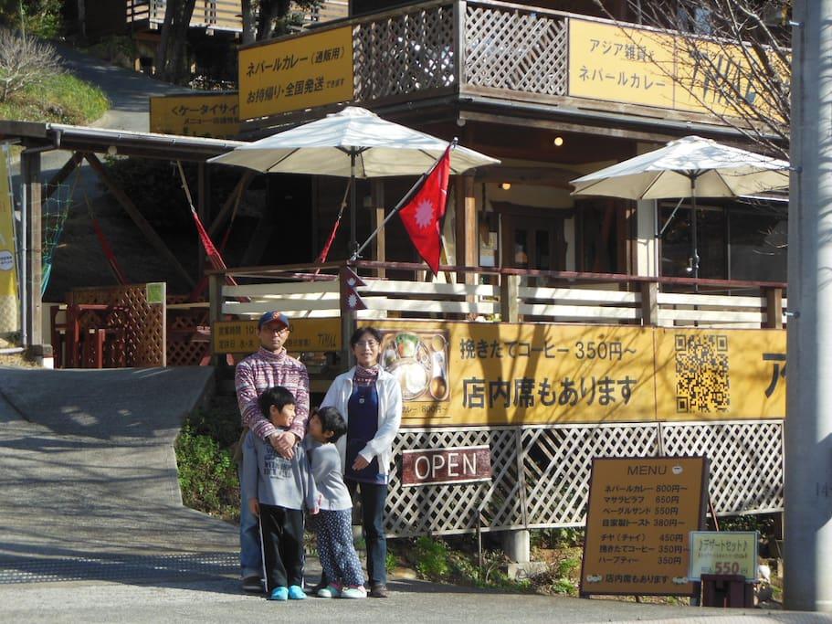 家族でアジア雑貨とネパールカレーの店を経営しています。