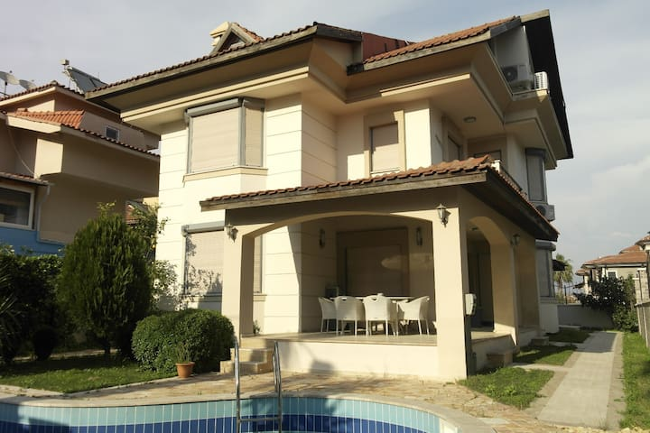 Charmin detached villa with private swimming pool
