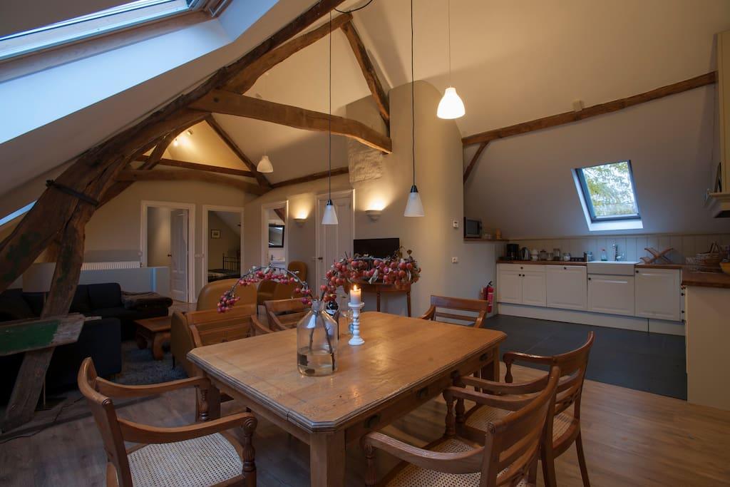 De zithoek met uitzicht op de open keuken