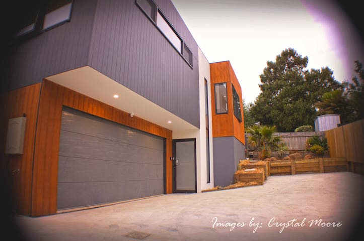 The Gorge Townhouse- Amazing Location. Modern Home