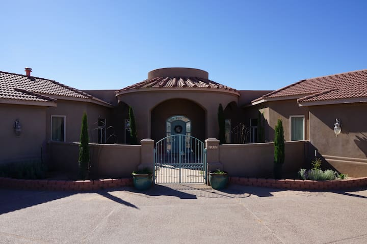 4 Bedroom quiet home with 2 private guest rooms.