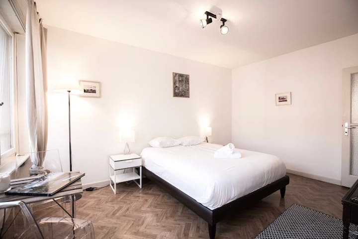 Cozy Studio steps from Train Station! - Genebra - Apartamento