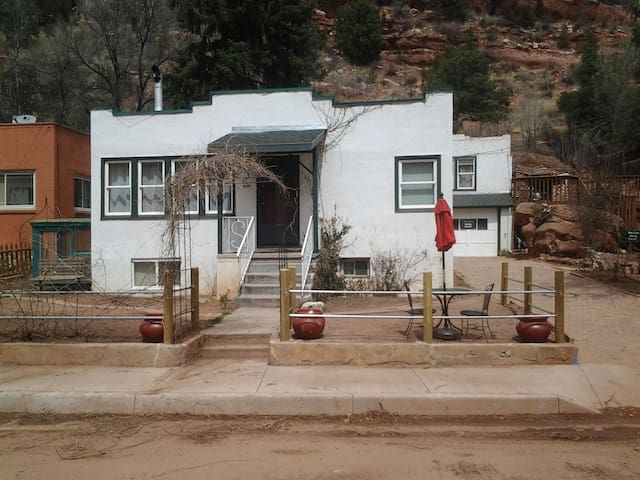 Manitou Springs Bungalow (MICUP 1704)