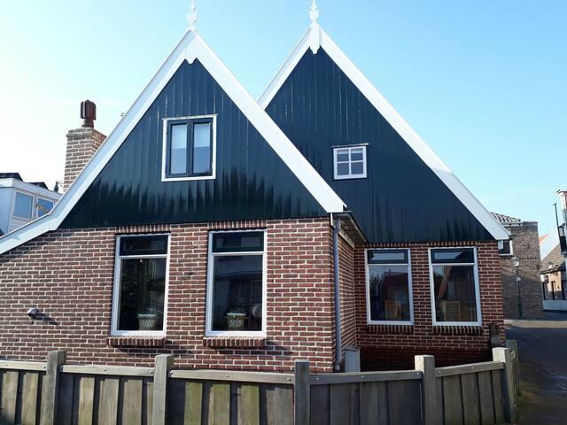 """Gezellige woning in het """"Oude dorp"""" van Urk."""
