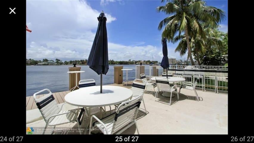 Paradise on the intracoastal 1 block from beach!