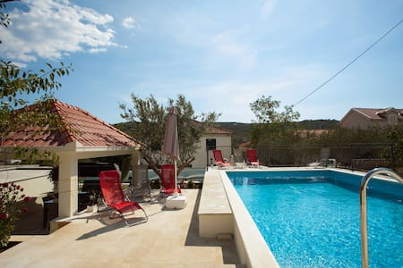 4* brand new apartment with pool near Trogir,  A1 - Slatine - Huoneisto