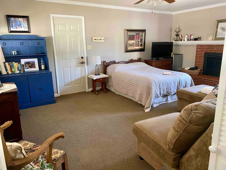 #2Listing: A large room in a safe neighborhood.