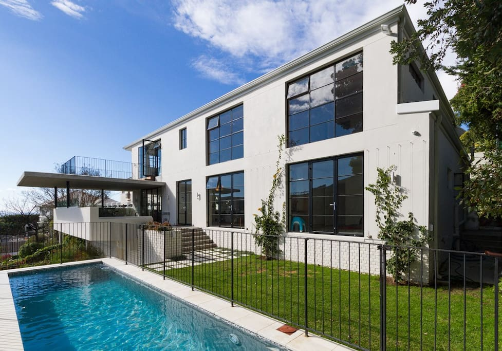 Enjoy the perfect Cape Town festive season in this gorgeous, spacious and modern designer home atop Higgovale. Stunning views of Cape Town's mountains and harbor.