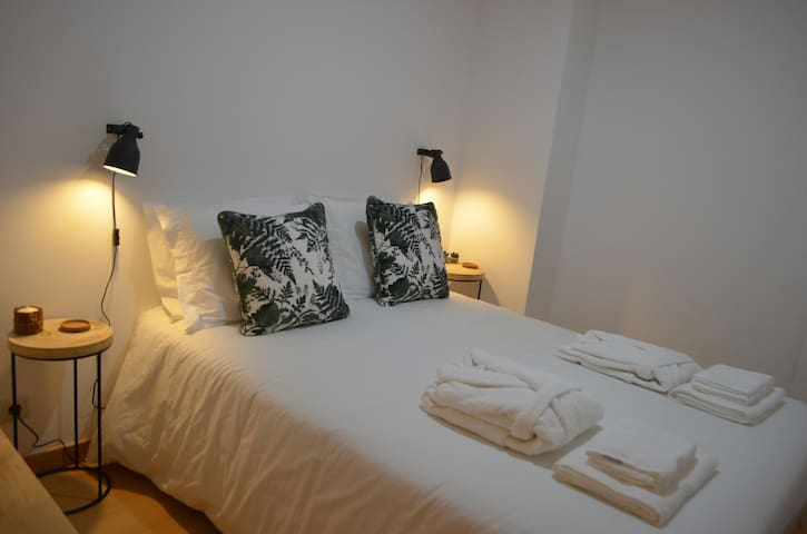 Quarto 2 (interior)   Bedroom 2 (no windows)