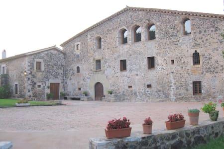 Masia amplia con encanto e historia en naturaleza - Girona - Casa