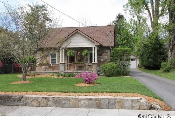 West End Stone Cottage, 10 Blocks to town, Fido OK - Hendersonville