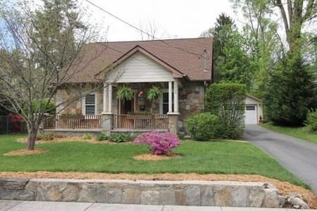 West End Stone Cottage, 10 Blocks to town, Fido OK - 亨德森维尔(Hendersonville) - 独立屋