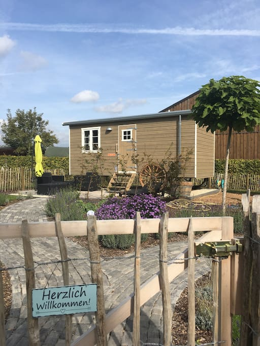 Der Garten und die Terrasse laden zum verweilen und entspannen ein