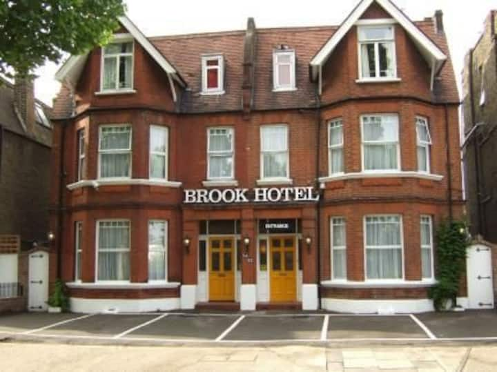 Brook Hotel: 1 Guest -breakfast, parking & Wi-Fi