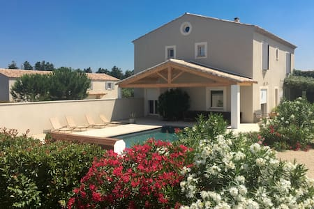 Provencal property - 13 sleeps - 2 private pools - Beaucaire - 別荘