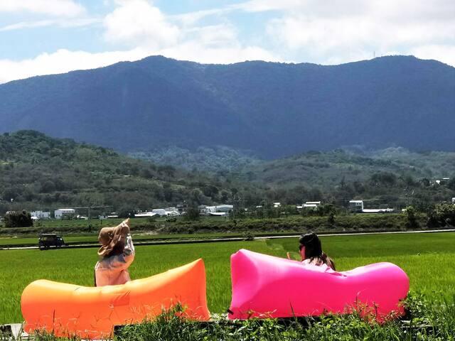 田中央景觀區,現場提供泡泡氣墊椅自行使用