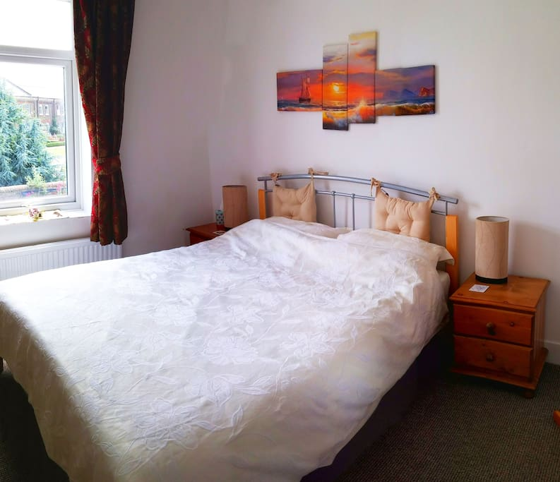 Quiet private room with comfy double bed and pleasant view