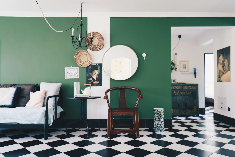 客厅。色调像扬凡艾克的油画《阿尔诺芬尼夫妇像》。 坐卧两用床可以拉开,成为1.6米的双人床。