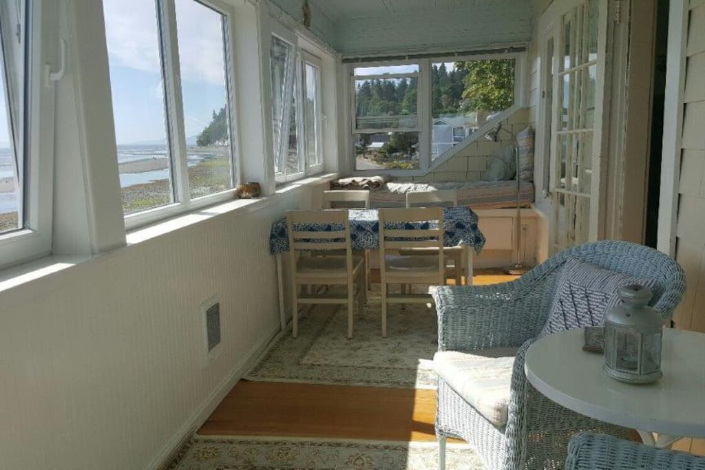 Bay View Porch with 2 Day Beds & Dining