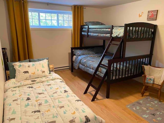 Chambre 3 avec un lit superposé (lit double en bas et lit simple en haut) et avec un autre lit simple