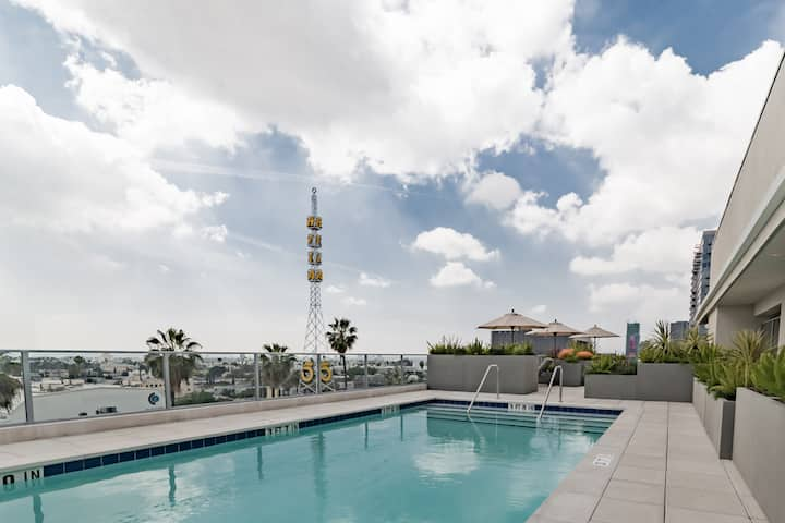 Deluxe 1BR Hollywood View/Pool/Gym/Balcony/Parking
