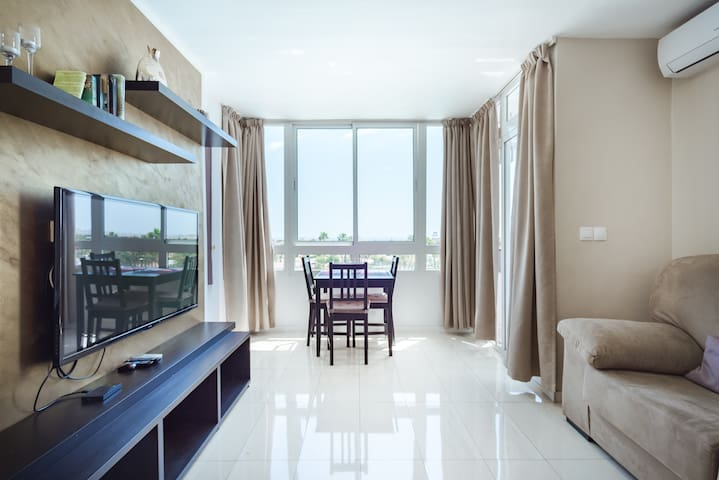 Seaview, pool view, central but quiet flat. WI-FI!