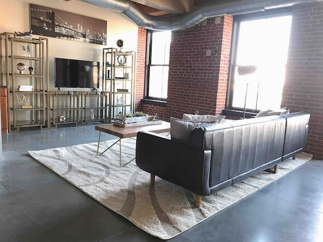 Spacious Loft- Close Walk to Cards & Cvtn Ctr