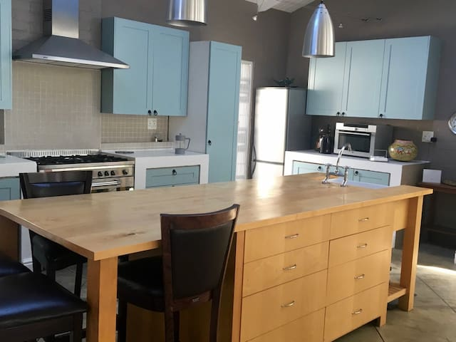 Gas stove and kitchen island