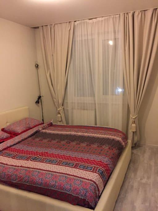 Спальня с комфортной кроватью king size, большой шкаф для одежды