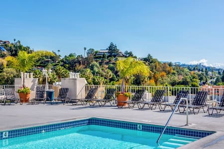 Secured 1 Br Loft with Roof Top Pool and Parking - Los Angeles