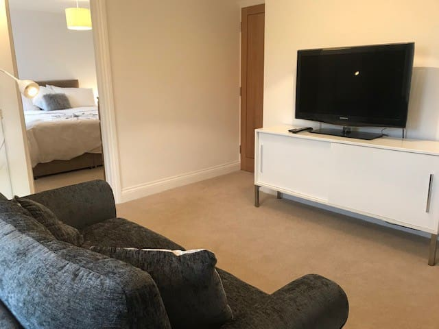 Modern private suite in central Thame with parking