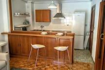 Kitchen with breakfast bar. Cocina con barra americana.